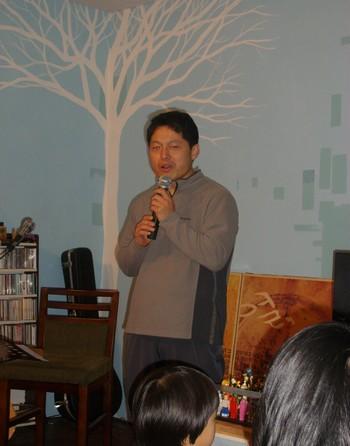 일제고사 문제로 강제해임된 정상용 교사 최근 일제고사 문제로 해임된 구산초등학교 정상용 교사가 한국의 입시문제에 대해 설명하고 있다.