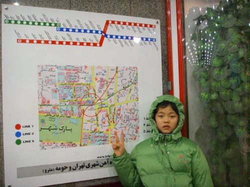 단순한 이란의 지하철 노선도 앞에서 작은 애가 한 컷을 찍었습니다.