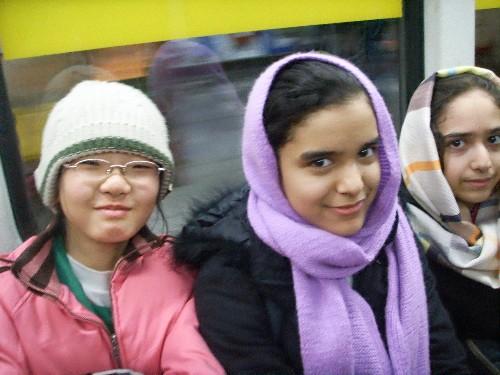 지하철에서 마침 우리 큰 애와 또래로 보이는 여학생들이 나란히 앉았습니다.