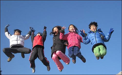 신명나는 아이들 경쟁보다는 협력을, 내 것 챙기기보다는 나눔을 배우는 아이들. 이 맑은 물줄기같은 친구들이 건강함을 잃지 않고 꿈꾸는 세상을 열어가기를.