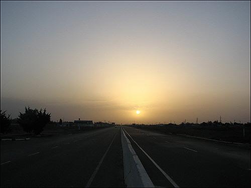 타슈켄트 가는 길 이른 새벽 떠오르는 태양을 바라보며 걷기 시작한다.