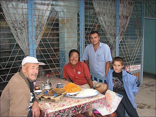 거리의 식당 왼쪽이 나를 맞아준 사이둘라 할아버지
