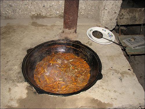 우즈벡 볶음밥 만들기 끓는 기름에 양파, 당근, 마늘을 넣는다.