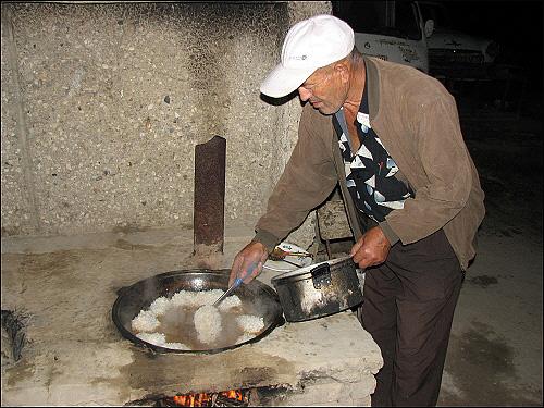 우즈벡 볶음밥 만들기 끓는 기름에 깨끗하게 씻은 쌀을 넣는다.
