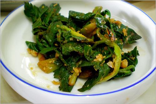 """""""혈압 같은데 좋은 약초여~ 약초"""" 강된장에 버무려낸 방풍나물의 푸른 잎에서도 구수한 봄 향기가 묻어난다."""