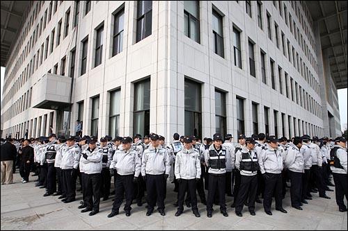 2일 오후 미디어법 등 쟁점법안 처리를 두고 대치상황이 계속되는 가운데, 경찰에 막혀 국회에 들어가지 못한 야당 보좌관들이 사무실 창문을 통해 건물 내부로 들어가자 경찰들이 국회 본청을 에워싸고 있다.