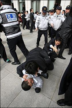2일 오후 미디어법 등 쟁점법안 처리를 두고 대치상황이 계속되는 가운데, 경찰의 제지로 국회에 들어가지 못한 야당 관계자들이 사무실 창문을 통해 건물 내부로 들어가면서 경찰과 격렬한 충돌이 벌어지고 있다.