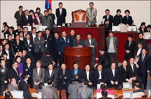 한나라당 의원들이 2일 오후 국회 본회의장에서 미디어 관련법 등 쟁점법안 처리를 반대하는 민주노동당 의원들의 의장석 점거를 막기 위해 의장석 주변을 에워싸고 있다.