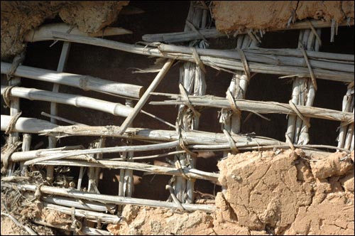 허물어져 가는 유씨 할아버지네 외양간 흙벽