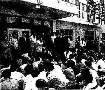 1989년 5월3일 오전 동의대 진압작전과 관련해 부산시경 앞마당에서 항의농성하고 있는 부산시경 기동1·2중대원들의 모습.