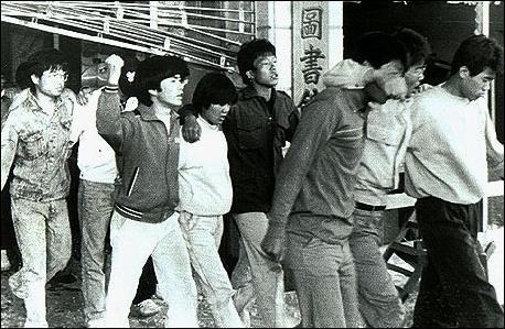 1989년 5월3일 경찰의 동의대 도서관 진압작전 이후 연행되는 대학생들. 이들 상당수는 이 때만 해도 경찰관들의 사망사실을 모르고 있었다.