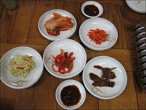 밑반찬 밑반찬으로 김치, 무채나물, 도라지무침, 콩나물, 무와 오이로 담근 오색장아찌와 함께 양념간장을 식탁 위에 올린다