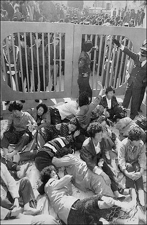 89년 동의대사건 당시 법원판결에 항의하고 있는 구속학생 부모들의 모습