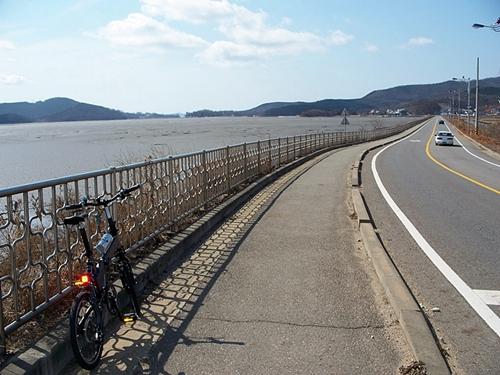 일부 구간이긴 하지만 강화도에는 자전거 도로가 있어서 풍경을 감상하며 맘편히 달리기 좋습니다.