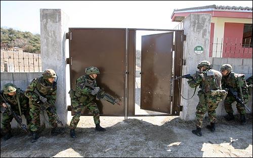10일 오후 경기도 포천 영평 미8군 로드리게스 사격장에서 한미연합전시증원 연습인 '키 리졸브' 연습에 참가한 한-미 해병대가 시가전 훈련을 하고 있다.