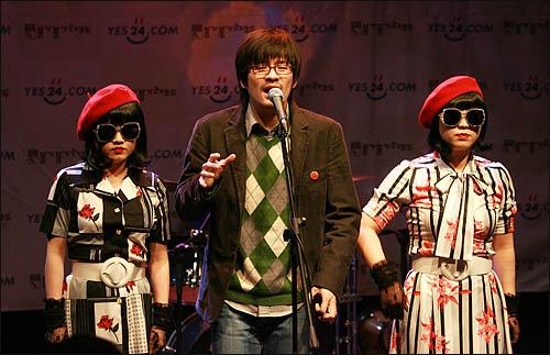인디밴드 '장기하와 얼굴들'이 11일 저녁 서울 성산동 성미산 마을극장에서 첫 정규앨범 '별일 없이 산다' 발매기념 팬미팅 행사를 갖고 미미 시스터즈와 함께 노래 공연을 선보이고 있다.