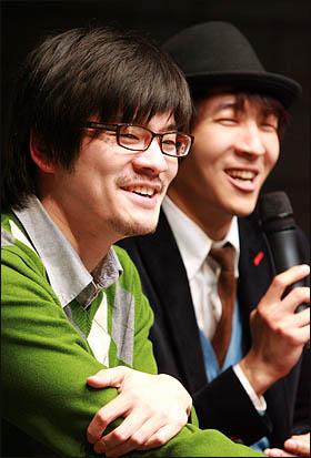 인디밴드 '장기하와 얼굴들'이 첫 정규앨범 '별일 없이 산다' 발매기념으로 11일 저녁 서울 성산동 성미산 마을극장에서 팬미팅 행사를 갖고 있다.
