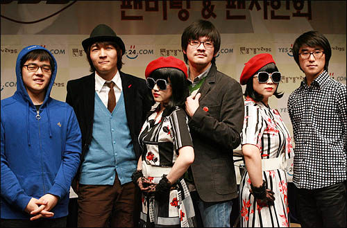 인디밴드 '장기하와 얼굴들'이 첫 정규앨범 '별일 없이 산다' 발매기념으로 11일 저녁 서울 성산동 성미산 마을극장에서 팬미팅 행사를 갖고 취재진을 향해 포즈를 취하고 있다.