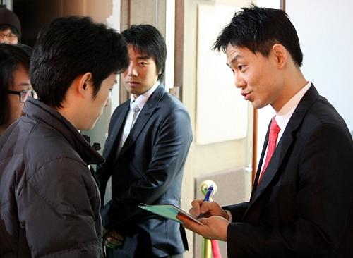 이름이 뭔가요? '젊은 구글러' 김태원씨(우)가 남학생의 사인을 응하고 있다.