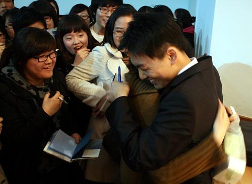 그의 품에 안기고파 구글러 김태원씨와 포옹한 한 여학생
