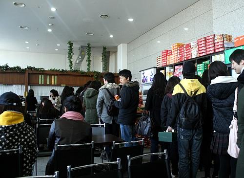 배고픔을 참고 또 참아... 한시간 지체된 점심시간 후, 좁은 매점에서 끼니를 해결하는 학생들