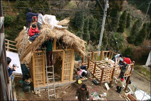 프로젝트 활동으로 아이들이 키노쿠니 '박물관'을 짓고 있다.