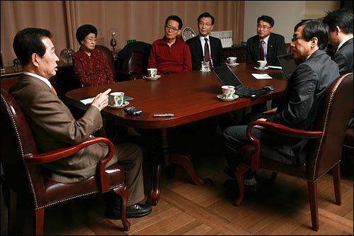 김대중 전 대통령이 22일 <오마이뉴스> 인터뷰에 응하며 현 정부의 대북정책과 북미관계에 대한 입장을 밝히고 있다.