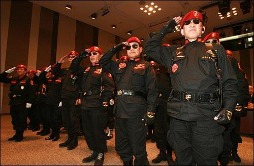 25일 오후 서울 중구 프레스센터 국제회의장에서 열린 '친북좌익 척결'을 내세운 국민행동본부 '애국기동단' 발대식에 '해병대 국국결사대' 회원들이 거수경례를 하고 있다. 일부 참석자들은 가스총을 휴대하고 있다.