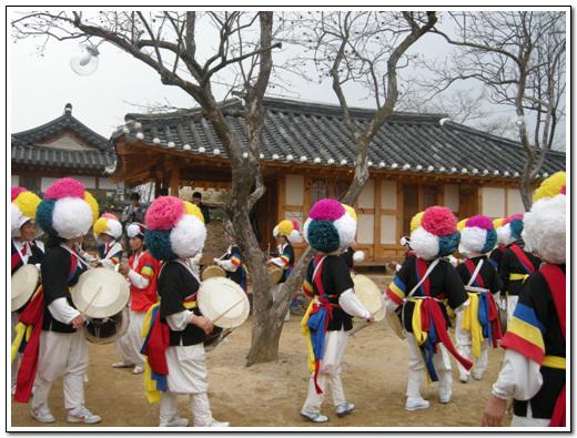 길잡이 풍물놀이 도래마을 옛집 개소식에서 길잡이 풍물놀이가 펼쳐졌다.
