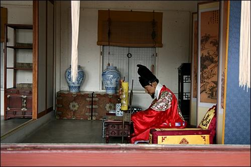 봉수당의 정조대왕 집무 모습
