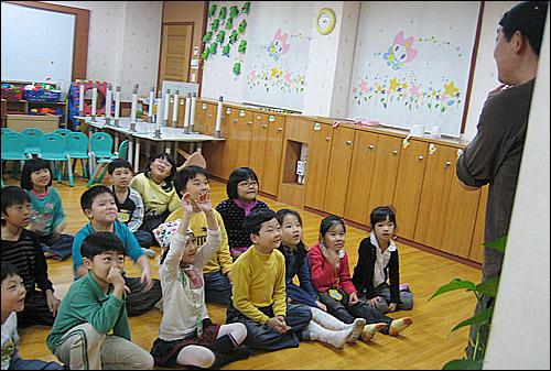 연극수업 학교에서 직접 강사를 채용하여 연극 수업을 진행하고 있는 모습이다. 아이들의 표정에서 수업의 즐거움을 느낄 수 있다.
