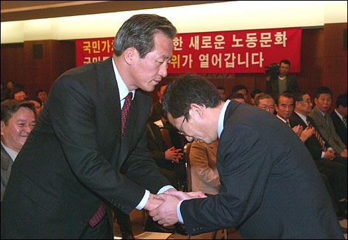지난 대선에서 권용목은 정몽준 캠프의 선거운동을 하기도 했다