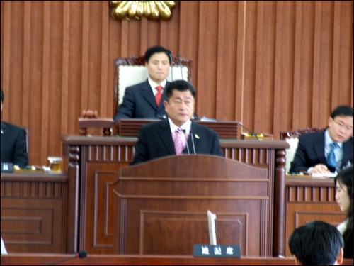 임시회 기간중 의안심사특별위원장을 맡았던 유보선 의원이 7건의 의안심사 결과를 발표하고 있다.
