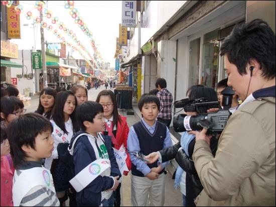 투표의 중요성을 당당하게 말하는 어린이들 이날 방송에서 어린이들은 민주시민으로서 투표의 권리와 의무를 당당하게 말해 시청자들을 놀라게 했다.