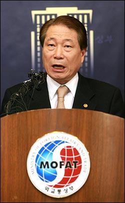 """유명환 외교통상부 장관이 5일 오후 5시 세종로 외교부 브리핑실에서 이날 오전 북한 장거리 로켓 발사에 대해 """"인공위성 발사를 시도한 것으로 보고 있다""""고 밝혔다."""