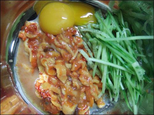 취향에 따라 각자 다른 재료를 섞어 비빔밥을 만들 수 있다.