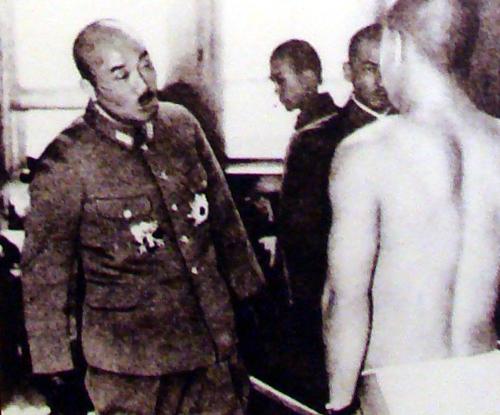 강제 징병되어 받고 있는 신체검사장을 찾은 조선군사령관.