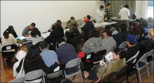 LA에 사는 가난한 남미 사람들이 공과금조차 내지 못해 전기와 수도가 끊길 위기에 처하자 한 한인 교회가 이름을 밝히지 않은 채 NGO에 대납을 해주어 잔잔한 감동을 주었다. 사진은 자기 순서를 기다리는 남미 사람들.