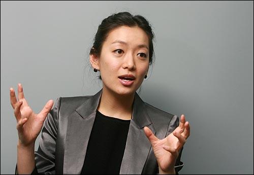드라마 <환상의 커플>의 '강자', <내조의 여왕>의 '지화자' 등 개성있는 역할을 맡은 뮤지컬 배우 겸 탤런트 정수영씨.
