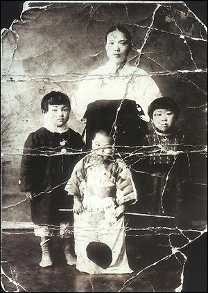 일본큐우슈우 후쿠오카현 치쿠호(筑豊) 탄광에 강제연행되어 혹사당하다 사망한 한국인 노동자의 품에서 나온 가족사진.