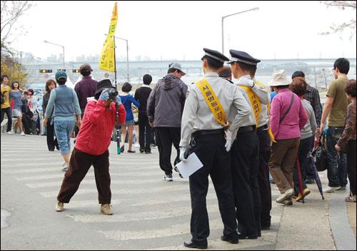 12일 벚꽃 축제가 열린 여의도 윤중로에서 사진을 찍고있는 경찰들. 단속에 걸릴까봐 조마조마했는데 이 장면을 보고 안심했다.