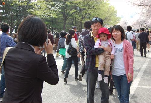 벚꽃 축제가 열리는 여의도 윤중로에서 즉석 사진을 찍고 있는 이지수 기자.