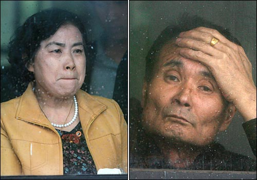 석방되는 아들을 맞이하기 위해 폭우가 쏟아지는 서울구치소앞에 도착한 박대성씨의 부모가 초조한 모습으로 아들의 석방을 기다리고 있다.