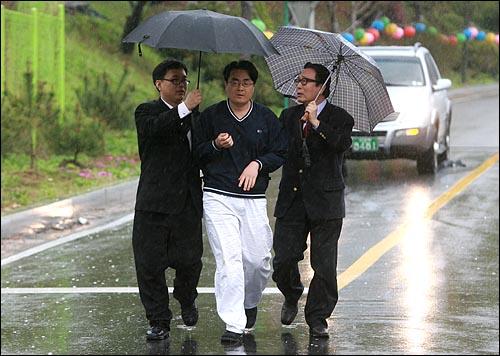 인터넷에 정부 정책과 관련한 허위 사실을 게재한 혐의(전기통신기본법 위반)로 구속 기소된 '미네르바' 박대성씨가 20일 오후 선고공판에서 무죄를 선고 받은 뒤 서울구치소에서 석방되고 있다.