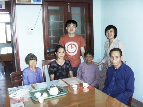 꽝응아이성 피해자와 함께 한 '나와우리'의 권현우와 통역을 담당한 베트남 '굿윌'의 응언