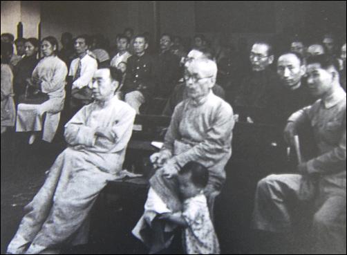1943년 5월 중경에서 열린 '재중 한인대회' 사진 왼 쪽이 우사 김규식. 그 옆에 안경을 쓴 사람이 윤기섭 선생이고, 다리를 잡고 있는 아이가 따님인 윤경자 여사다.