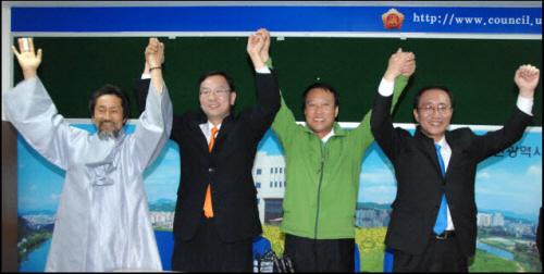 민주노동당 강기갑 대표, 김창현 후보, 진보신당 조승수 후보, 노회찬 대표(왼쪽부터)가 23일 오후 5시 울산시의회 기자실에서 단일화 합의를 발표한 후 손을 들어 보이고 있다