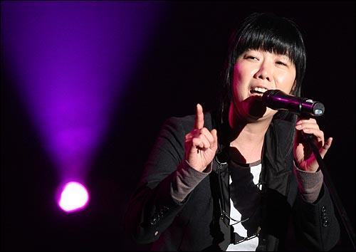 가수 이상은이 23일 저녁 서울 서대문구 추계예술대 추계콘서트홀에서 '용산참사 유가족 돕기 콘서트 준비위원회' 주최로 열린 '용산참사 유가족 돕기 콘서트 라이브 에이드 Live Aid 희망' 콘서트에서 멋진 공연을 선보이고 있다.