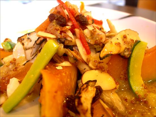 단호박찜에 구운 버섯과 견과류등을 더한 전채요리가 입맛을 돋군다