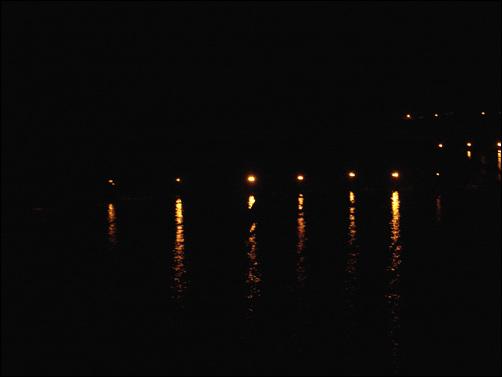 투광등 불빛에 일렁이는 바다